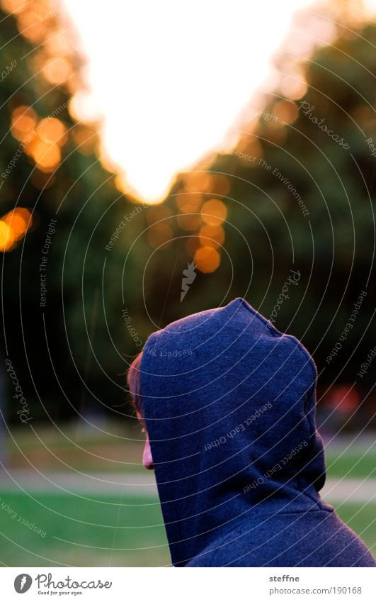 Junge maskulin Junger Mann Jugendliche Kopf Nase 18-30 Jahre Erwachsene Regen Kapuze Kapuzenpullover Kitsch Freiheit Freizeit & Hobby Freude Farbfoto