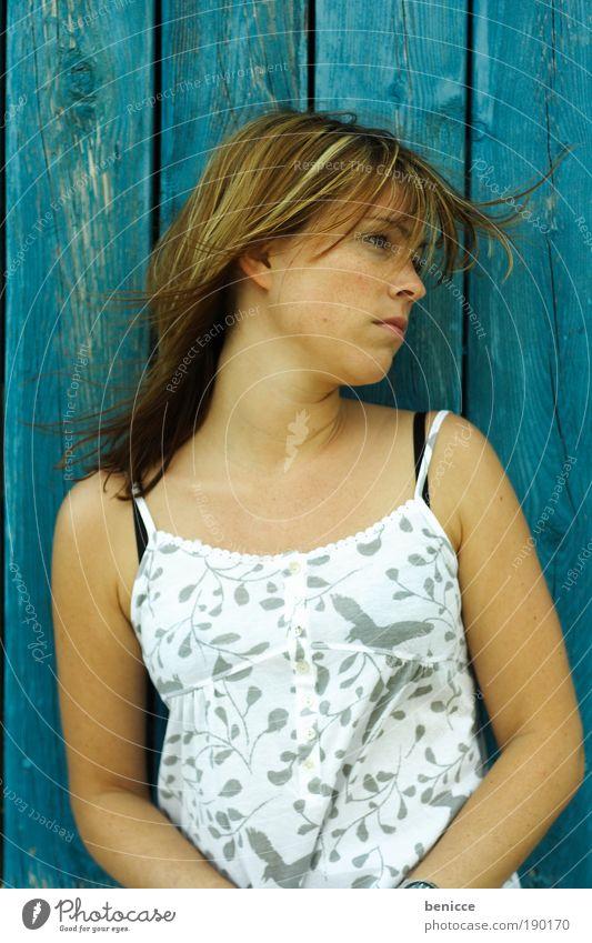 blaue Depression Frau Mensch Sommer Farbe träumen Traurigkeit Denken Hintergrundbild sitzen Trauer Kleid nachdenklich langhaarig ernst verträumt