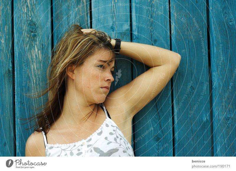 Hoffnungslos Frau Jugendliche blau Sommer Farbe träumen Traurigkeit Denken Hintergrundbild Blick sitzen Trauer Kleid nachdenklich langhaarig