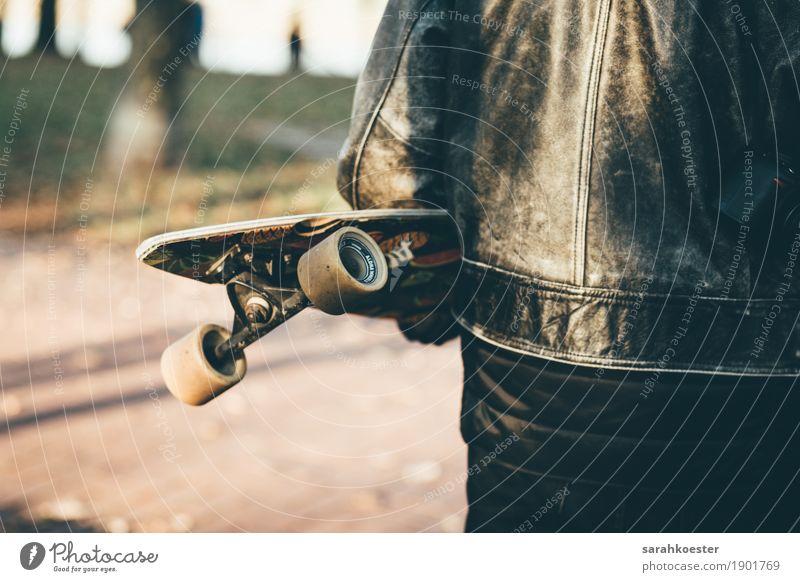 Longboarder bei Sonnenuntergang Mensch Jugendliche Stadt Junger Mann Freude dunkel schwarz Sport Glück außergewöhnlich Freizeit & Hobby maskulin gold ästhetisch