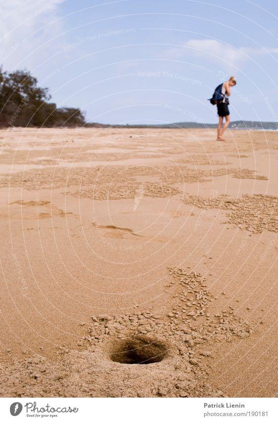 Was suchst Du? Mensch Frau Himmel Natur blau schön Ferien & Urlaub & Reisen Sommer Meer Strand Erwachsene Umwelt Sand Suche Loch Australien