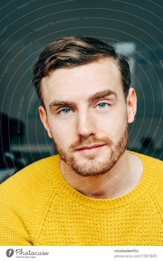Portrait eines jungen Mannes mit gelben Pullover im Büro oder zuhause Junger Mann selbstbewußt Lifestyle Körperpflege Gesicht Wohlgefühl Zufriedenheit ruhig