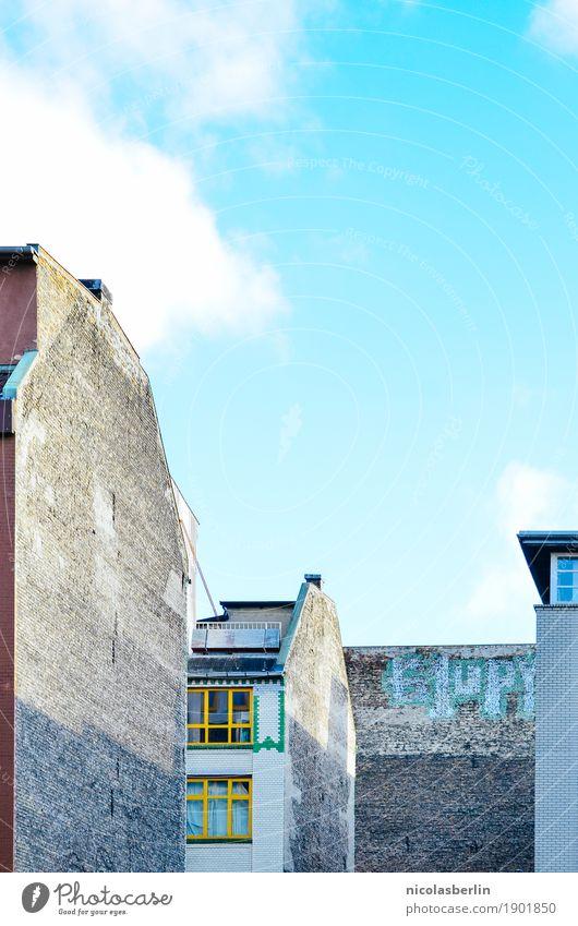 Tell me why this has to end Himmel alt Stadt Einsamkeit Haus Ferne Fenster Architektur Wand Berlin Gebäude Mauer Wohnung Häusliches Leben trist Vergänglichkeit