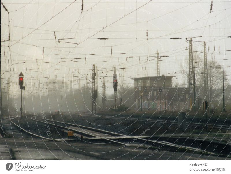 Eisenbahnschienen im Regen Nebel Technik & Technologie Gleise Bahnhof Ampel Elektrisches Gerät