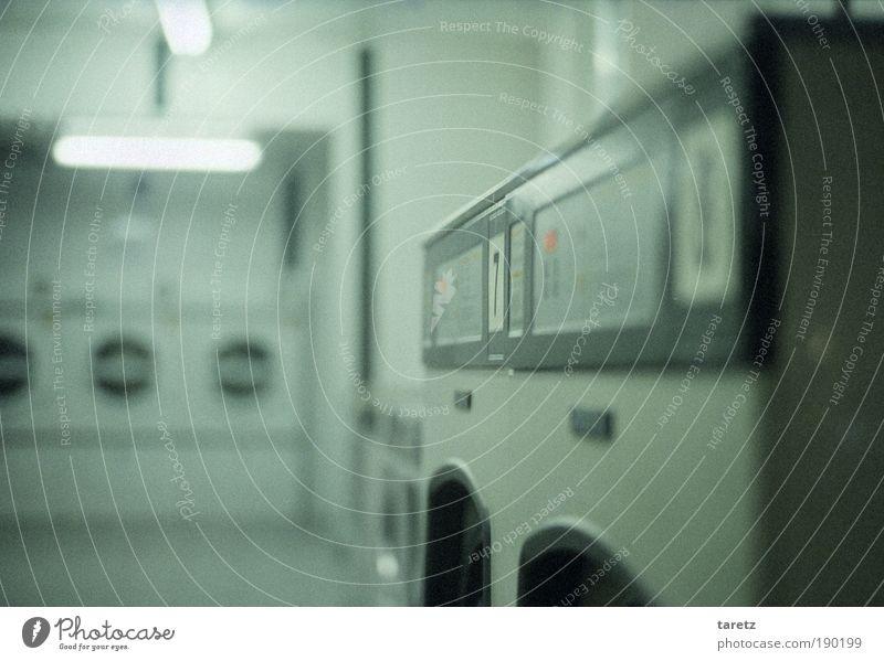 In der kleinen Geldwäscherei kalt grau hell Lifestyle Dienstleistungsgewerbe analog Neonlicht eckig Nachbar Waschmaschine Single Wäscherei Automat Treffpunkt