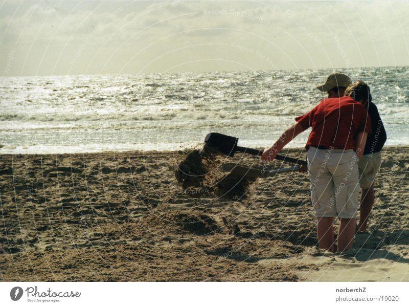 Loch am Strand schaufeln Meer Sand Europa Nordsee Schaufel Sandburg