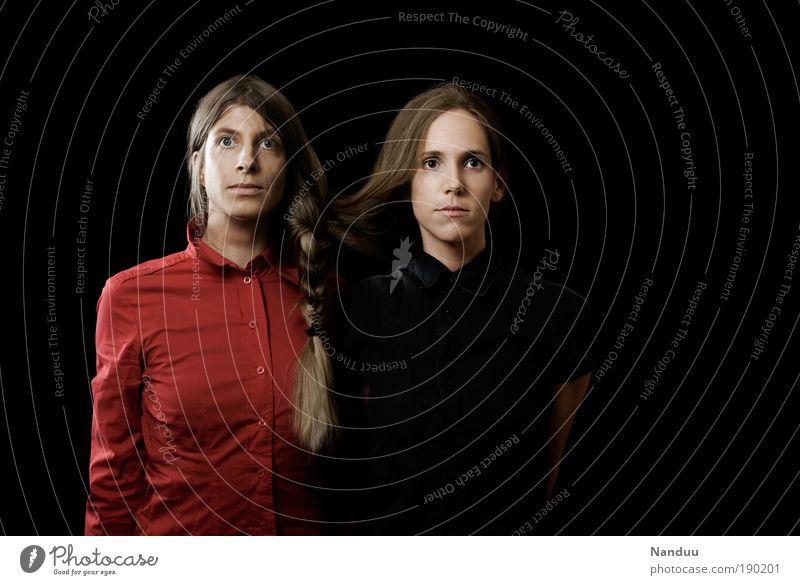 Zwangsverbundenheit Mensch feminin Junge Frau Jugendliche Geschwister 2 siamesische zwillinge Zwilling Farbfoto Studioaufnahme Textfreiraum rechts