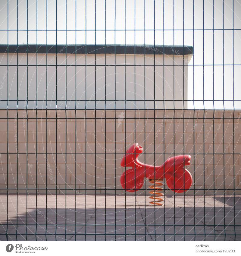 Kinderparadies rot Erwachsene Farbe Wand Spielen Mauer Traurigkeit Kindheit Fröhlichkeit außergewöhnlich trist einfach Platz Langeweile Motorrad