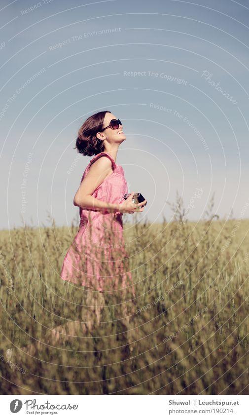 Salvation Freude Glück Gesundheit Leben feminin Junge Frau Jugendliche 1 Mensch Himmel Frühling Sommer Kleid Sonnenbrille brünett Fotokamera laufen träumen