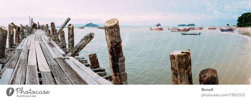 Alter Holzsteg und Fischerboote in Bucht von Langkawi, Malaysia Getränk Strand exotisch Natur Ferien & Urlaub & Reisen Umwelt Ferne Island Anlegestelle Steg