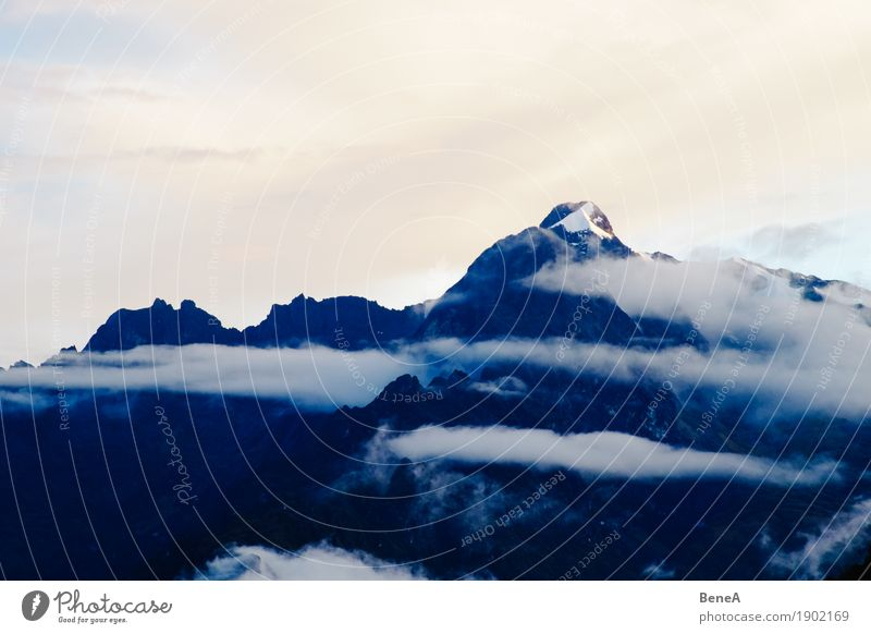 Mount Veronica, Peru, im Sonnenaufgang in Wolken gehüllt Natur Horizont Umwelt Anden Berge u. Gebirge Nebelschleier Landschaft Gipfel Schneebedeckte Gipfel