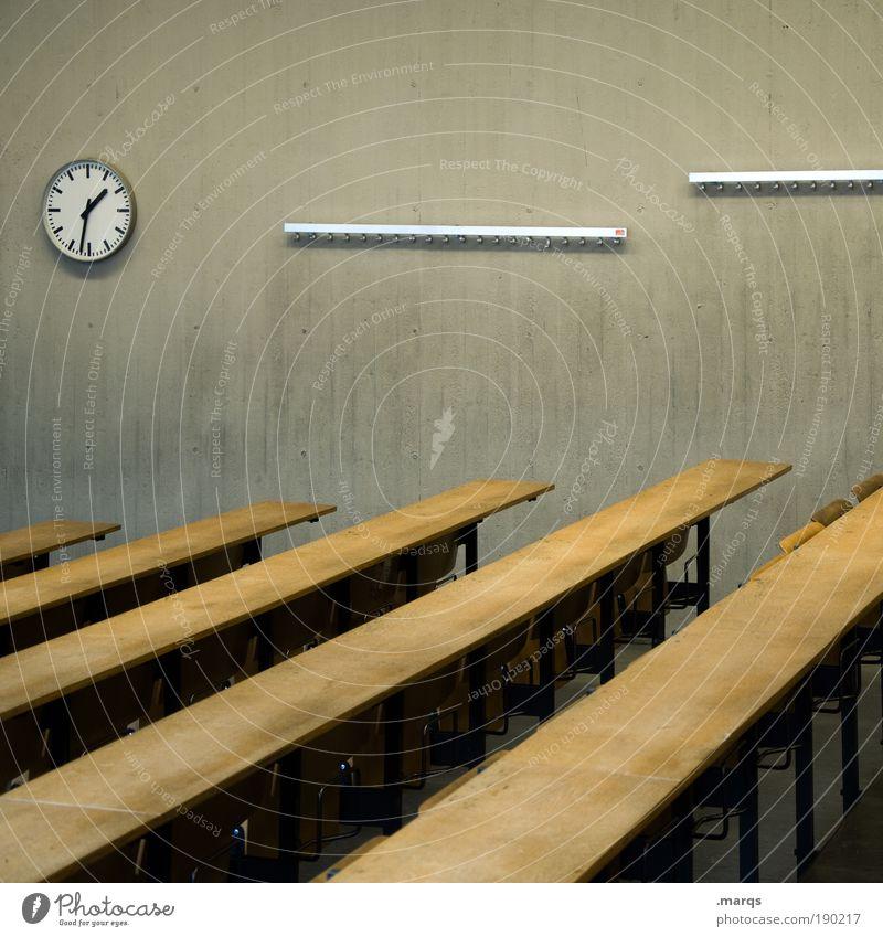 Prüfungszeit alt Gebäude Innenarchitektur Uhr Erfolg Studium Pause Bildung schreiben Student Zukunftsangst Mut Sitzung Stress Berufsausbildung Karriere