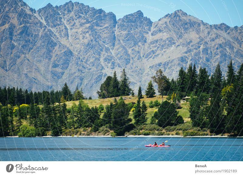 Kayak Fahrer vor Gebirgskette Remarkables in Neuseeland Mensch Natur Ferien & Urlaub & Reisen blau grün Einsamkeit Wald Berge u. Gebirge Sport See Felsen