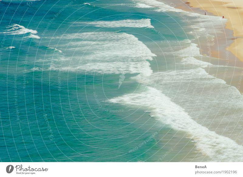 Urlauber am Strand vor türkisem Meer und Wellen Mensch Natur Ferien & Urlaub & Reisen Sommer Wasser Sonne Landschaft Erholung Ferne Umwelt Küste Freiheit