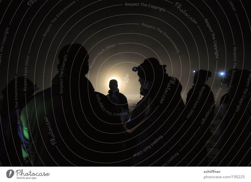 Kalter Heiligenschein Mensch Winter kalt Menschengruppe Lampe Stimmung Nebel leuchten stehen warten gruselig Lichtschein Leuchtdiode Heiligenschein