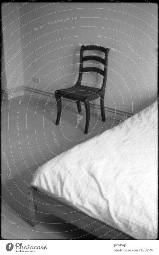 Nicht so viel Einsamkeit Raum Justizvollzugsanstalt Wohnung Ordnung Bett Stuhl Häusliches Leben Möbel Langeweile Holzfußboden Schlafzimmer Altbau bescheiden Schwarzweißfoto Gefängniszelle