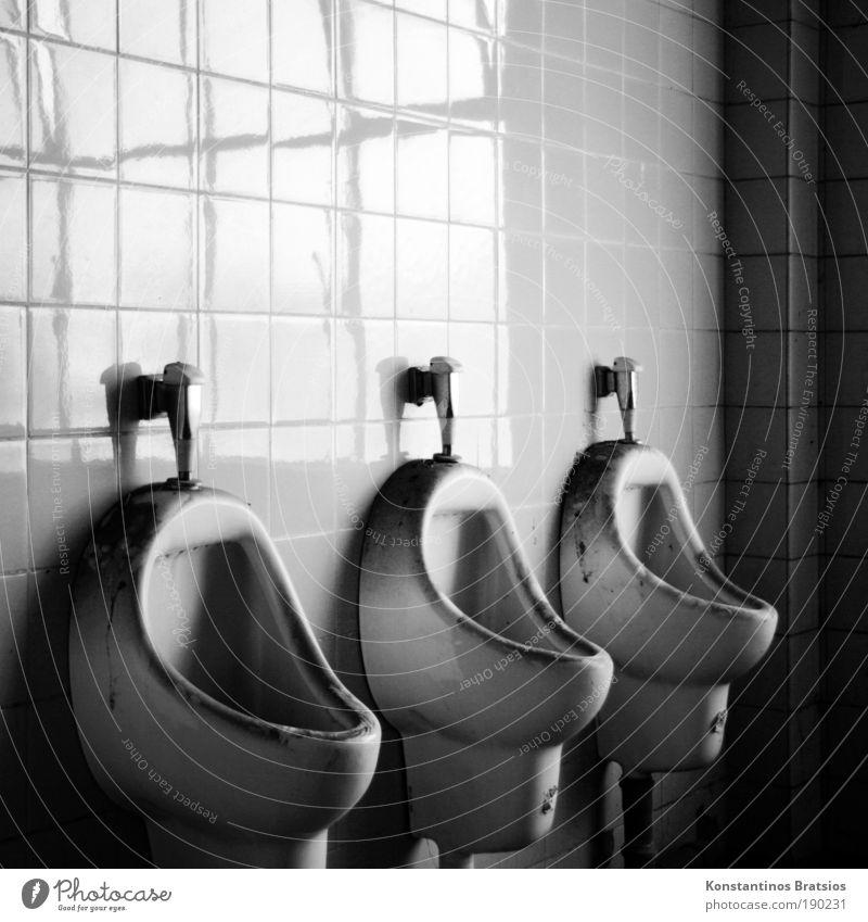 Toi Toi Toi Industrieanlage Fabrik Toilette Pissoir alt dreckig dunkel Fliesen u. Kacheln 3 Fuge Linie Ecke Toilettenspülung Schwarzweißfoto Innenaufnahme