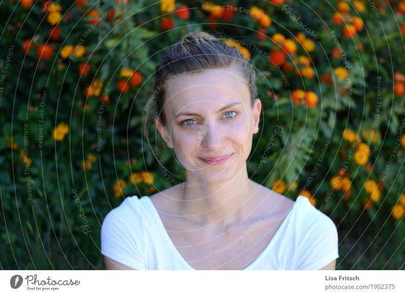 entzückend schön Wohlgefühl Zufriedenheit feminin Junge Frau Jugendliche Gesicht blaue augen 18-30 Jahre Erwachsene Umwelt Blume Sträucher blond Zopf genießen
