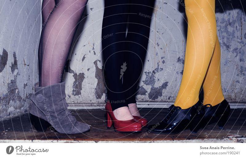 willst du hier kotzen oder im auto?beides. Mensch Jugendliche rot schwarz gelb Wand Spielen sprechen mehrfarbig Freiheit Holz Strukturen & Formen Mauer Party