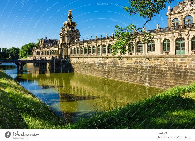 Blick auf den Zwinger in Dresden Ferien & Urlaub & Reisen Tourismus Hauptstadt Altstadt Brücke Gebäude Architektur Sehenswürdigkeit historisch grün Tradition