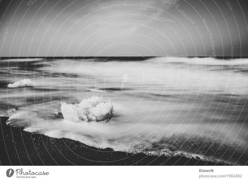 Schollen Strand Meer Wellen Natur Landschaft Sand Wasser Wolken Horizont Wetter Wind Küste Ostsee maritim grau schwarz weiß Kühlungsborn Mecklenburg-Vorpommern