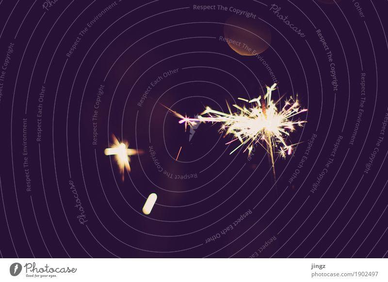 Kleines Feuerwerk Freude Silvester u. Neujahr Wärme berühren festhalten glänzend dunkel hell gelb gold rot schwarz Vorfreude Begeisterung chaotisch Kitsch