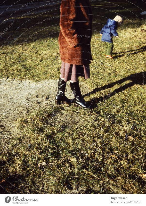 Komm vom Rasen runter, der ist noch nicht dick genug! Natur Winter Erwachsene Umwelt Wiese Landschaft kalt Spielen Junge Garten Glück Park Freizeit & Hobby wandern Ausflug Wachstum