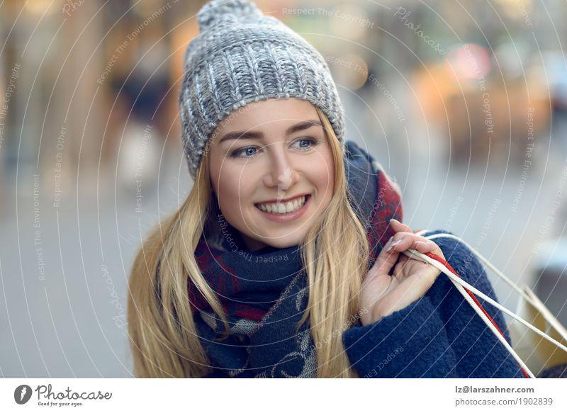 Herrliches Einkaufen der jungen Frau heraus Glück schön Gesicht Winter Erwachsene 1 Mensch 18-30 Jahre Jugendliche Fußgänger Straße Mode Schal blond Lächeln