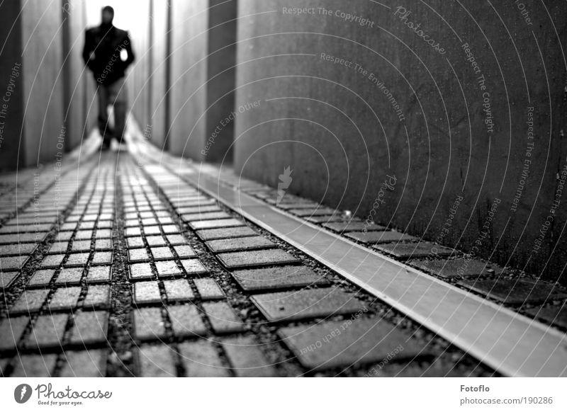 Fields Of Innocence maskulin Regen Berlin Hauptstadt Sehenswürdigkeit Denkmal Stein Beton Bewegung Denken entdecken träumen Traurigkeit Bekanntheit schwarz