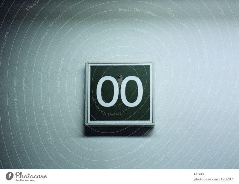 0_0 grün blau dunkel kalt Wand grau warten Schilder & Markierungen trist einfach Ziffern & Zahlen Zentralperspektive unten Dienstleistungsgewerbe Etage Flur