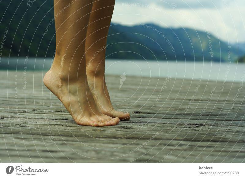 Zehenspitzen Füße Beine Frau Steg Sommer Balletttänzer See Ferien & Urlaub & Reisen strecken Berge u. Gebirge Österreich Mensch Einsamkeit Menschenleer oben