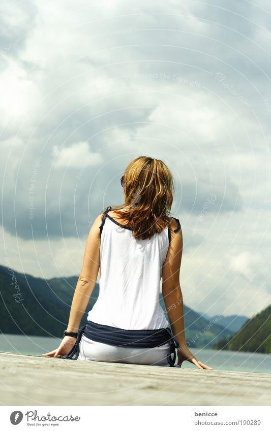 Ausblick Frau Mensch Wasser Sonne Sommer Ferien & Urlaub & Reisen Wolken Einsamkeit Erholung Berge u. Gebirge Frühling See sitzen Pause Aussicht beobachten