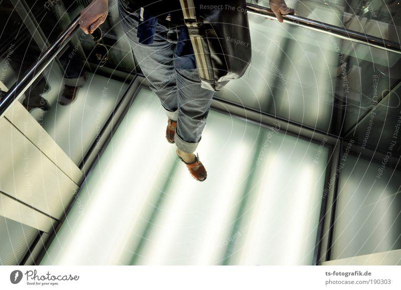 Beam me up! androgyn Frau Erwachsene Beine Fuß 1 Mensch 18-30 Jahre Jugendliche Spiegel Glas Metall Stahl fahren festhalten leuchten stehen warten