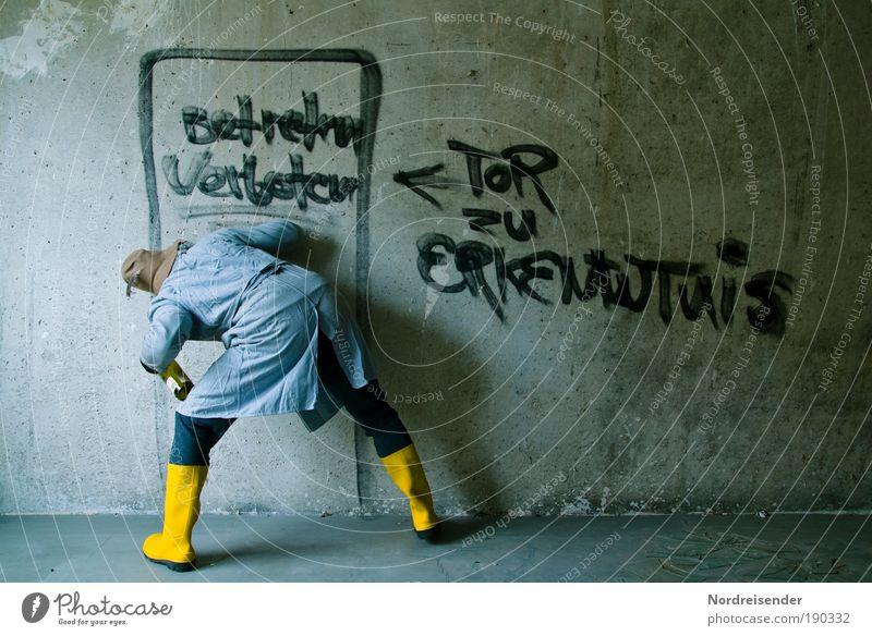 Verschlossen Mann Freude Erwachsene Wand Graffiti Gebäude Mauer Schriftzeichen beobachten Beton Zeichen kaputt Neugier Symbole & Metaphern Bildung Krankheit