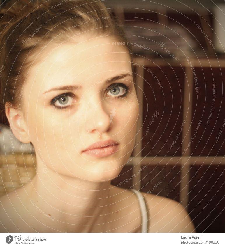 sei doch bitte nicht so wunderschön. Mensch Jugendliche schön Junge Frau 18-30 Jahre Gesicht Erwachsene Wärme Leben feminin Haare & Frisuren Stimmung hell Wohnung träumen frisch