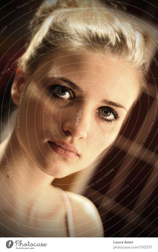sei doch bitte nicht so wunderschön II Jugendliche Gesicht Leben Frau feminin Stil Haare & Frisuren Kopf Porträt warten Haut blond Erwachsene Blick beobachten