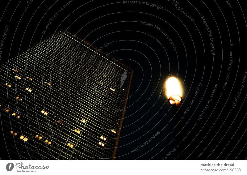 DARK TOWER Stadt Skyline Hochhaus Platz Turm Bauwerk Gebäude Architektur dunkel eckig hoch kalt Fassade Fenster Glasfassade Licht schlafen Hotel Hotelzimmer