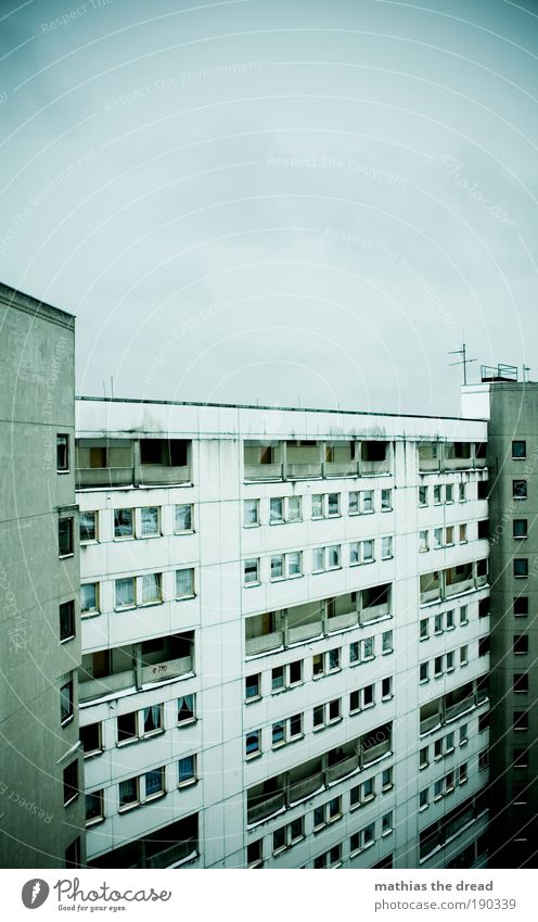 PLATTE Skyline Hochhaus Bauwerk Gebäude Architektur Fassade Fenster Tür Dach bedrohlich dreckig dunkel trist Stadt Armut Endzeitstimmung kalt Krise Verfall