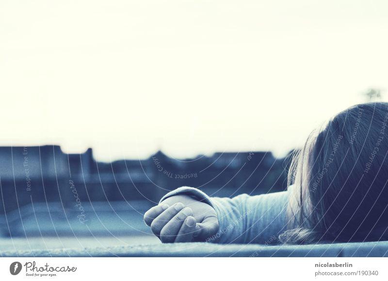 Defeat Mensch Jugendliche Erwachsene Gefühle Haare & Frisuren Angst Dach 18-30 Jahre Junge Frau