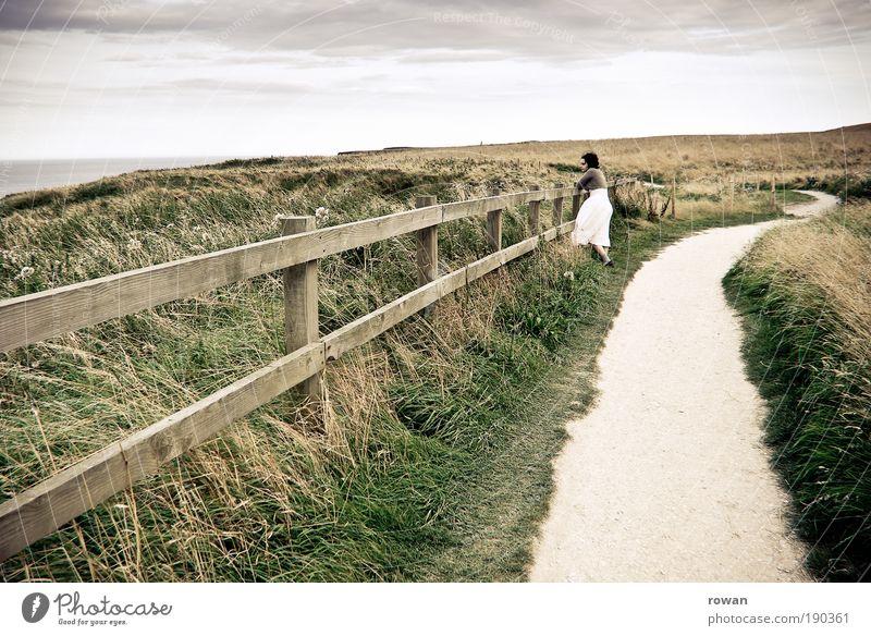 windiger tag am meer Frau Erwachsene Blick Wege & Pfade Zaun Aussicht Kleid See Meer Gras Wärme Sommer Erholung Pause wandern Spaziergang weiß Landleben