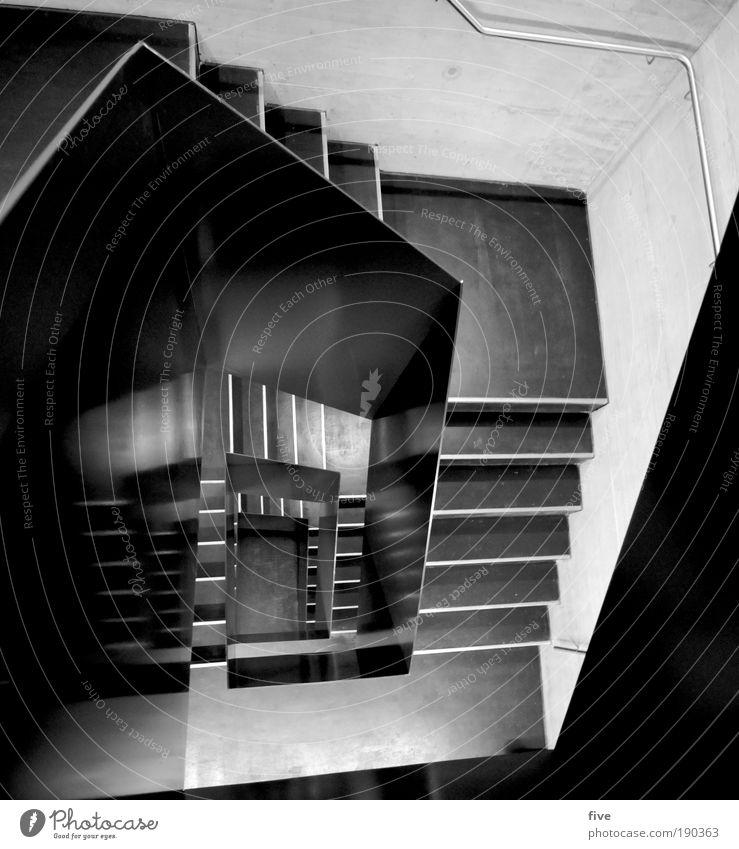 im 2.stock Haus kalt Wand Mauer Gebäude Design hoch Treppe Reflexion & Spiegelung Treppengeländer Treppenhaus eckig Schwarzweißfoto Licht