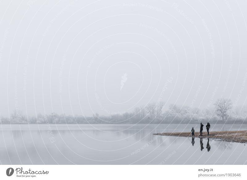 Drei Winter Kind Junge Eltern Erwachsene Mutter Vater Familie & Verwandtschaft 3 Mensch Natur Landschaft Himmel Horizont Nebel Eis Frost Seeufer stehen kalt