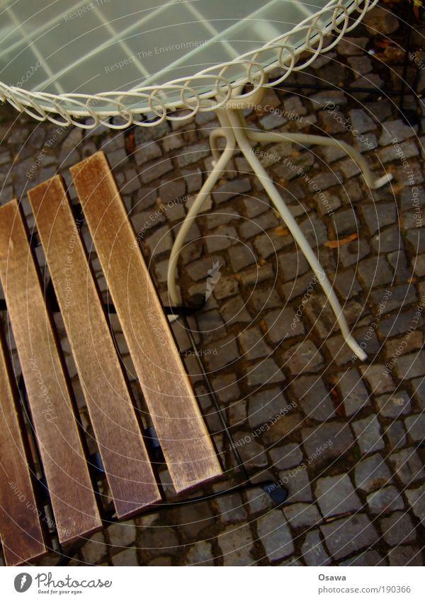 Schwarzes Möbel Stuhl Tisch Bar Menschenleer Bürgersteig Kopfsteinpflaster Pause Café Straßencafé Gastronomie Farbfoto Gedeckte Farben Außenaufnahme