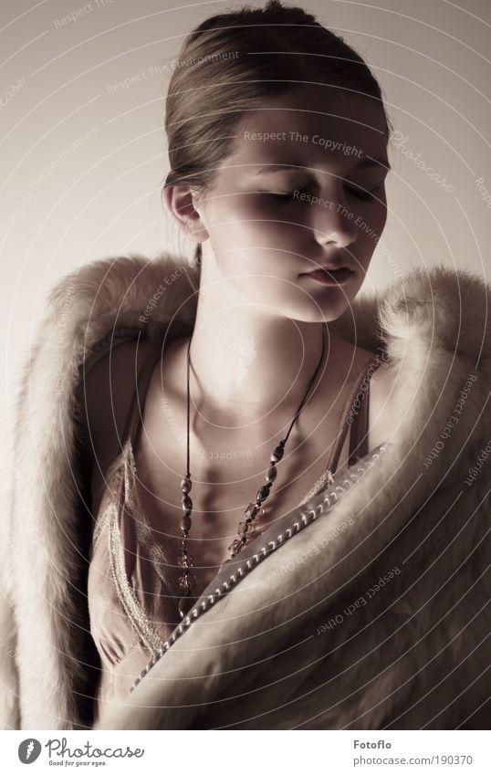 Glanz Mensch feminin Junge Frau Jugendliche Kopf 1 18-30 Jahre Erwachsene Mantel Schmuck brünett Zopf Denken genießen ästhetisch elegant schön saftig Gefühle