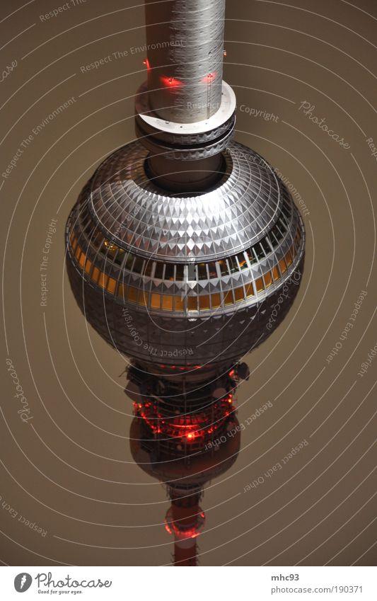 Alex steht Kopf Ferne Architektur Fassade Kraft Bauwerk Hauptstadt lang Sehenswürdigkeit drehen Leuchtturm Berliner Fernsehturm gigantisch Kultur Makroaufnahme Langzeitbelichtung Nacht