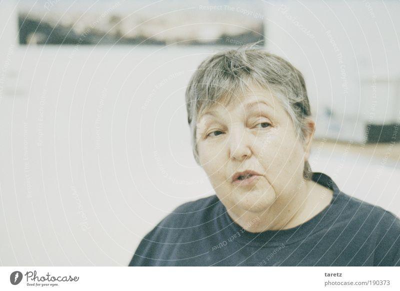 Skepsis Wohnung Weiblicher Senior Frau Leben Kopf 1 Mensch 60 und älter Kommunizieren Lächeln sprechen Blick alt authentisch dick einfach Freundlichkeit grau