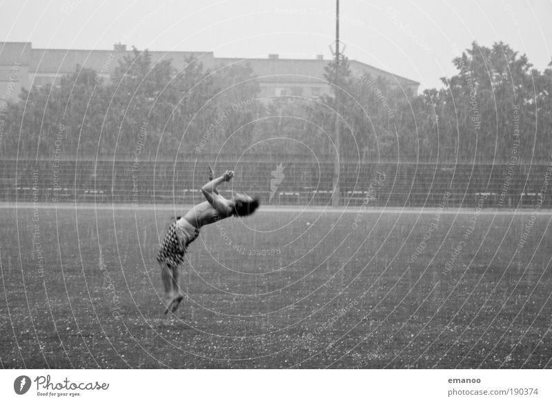 hagelsport Lifestyle Stil Freude Sport Sportler Turnen Turner Akrobatik Salto Rückwärtssalto springen Kraft Kontrolle Hagel Fußballplatz maskulin 18-30 Jahre