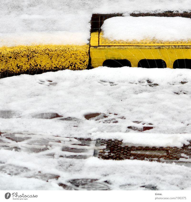 Schwarzgelbe Geschäfte Wasser gelb Straße Schnee Spuren Fußspur blenden Abfluss Gully Bordsteinkante Reifenspuren Begrenzung Straßenrand