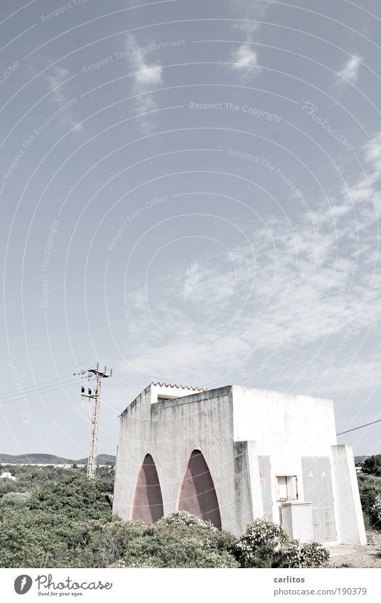 Trafo mit Meer- und Bergblick alt weiß grün blau Sommer Wand Berge u. Gebirge Mauer Küste Tür Energie Energiewirtschaft Kabel Sträucher bedrohlich Bauwerk