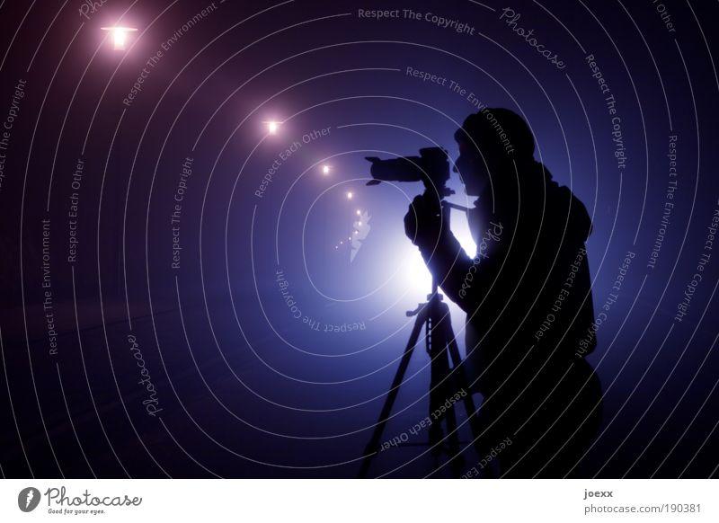 Großbildjäger Mensch Mann Jugendliche blau Erwachsene Junger Mann 18-30 Jahre Arme Nebel warten maskulin beobachten Fotokamera violett Straßenbeleuchtung Mütze